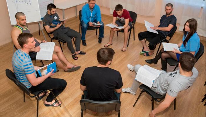 Групповые занятия постояльцев в реабилитационном центре «Решение» (Тольятти)