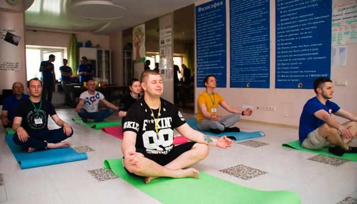 Занятия постояльцев йогой в реабилитационном центре «Решение» (Тольятти)