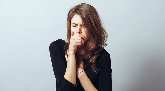 При длительном стаже курения у человека может появиться своеобразный кашель