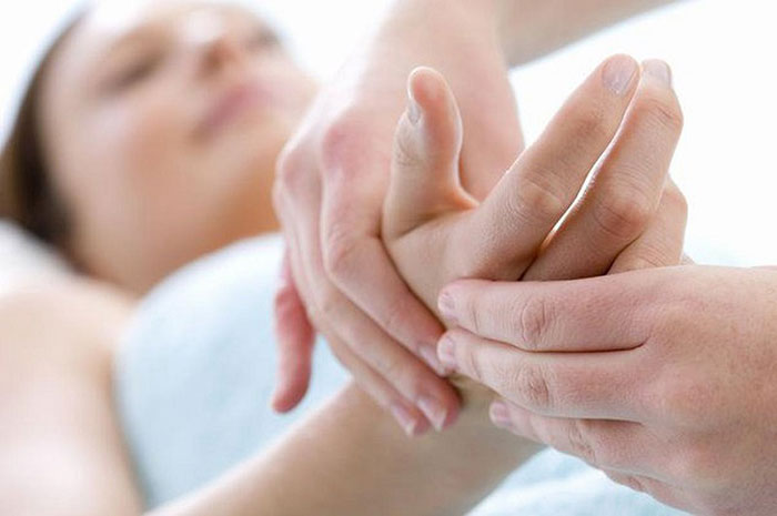 Правильный массаж поможет эффективно устранить ощущения онемения в конечностях