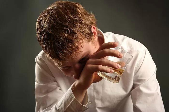 Регулярное употребление алкоголя влияет на состояние сосудов и давление, что может привести к кровотечению из носа