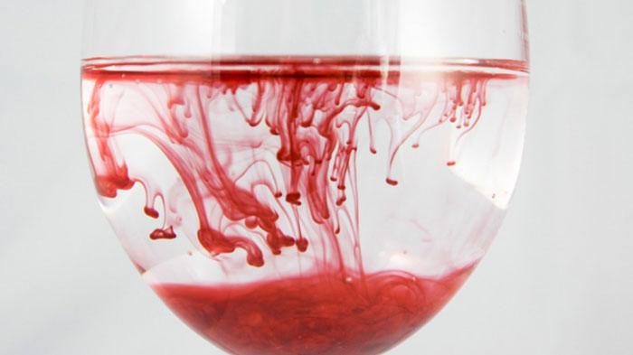 Алкоголь влияет на свойства крови, нарушая кровообращение, что приводит к онемению конечностей