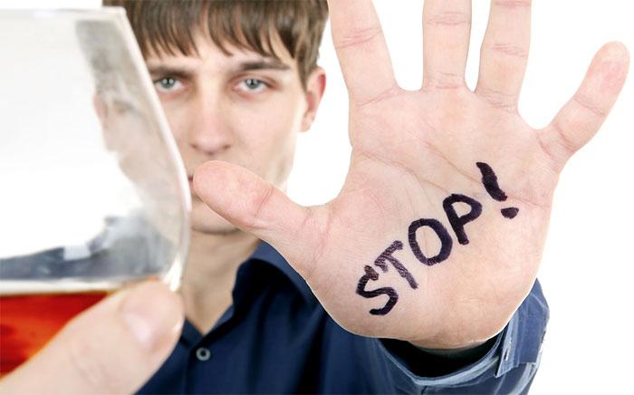 Врачи рекомендуют исключить употребление алкоголя при болезни Бехтерева