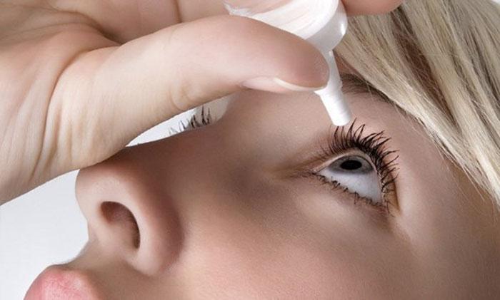 При покраснении глаз можно применять глазные капли сосудосужающего действия