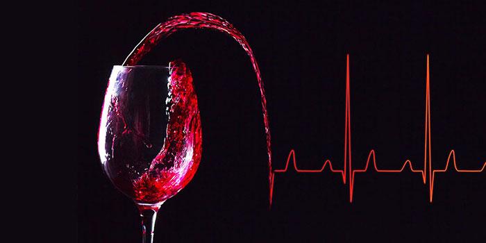 Алкоголь в небольшом количестве способен понизить уровень холестерина в крови, но лишь временно