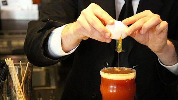 Классическим рецептом похмельного коктейля является томатный сок с сырым яйцом