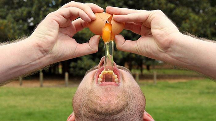 Употребление сырых яиц при похмелье является распространенным и проверенным временем методом