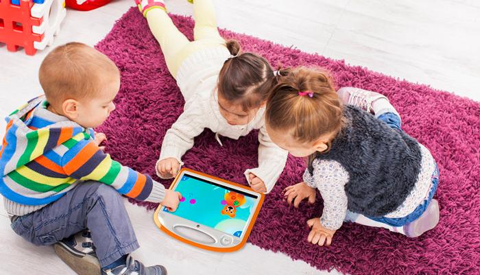 Проведение времени детей за играми на планшете