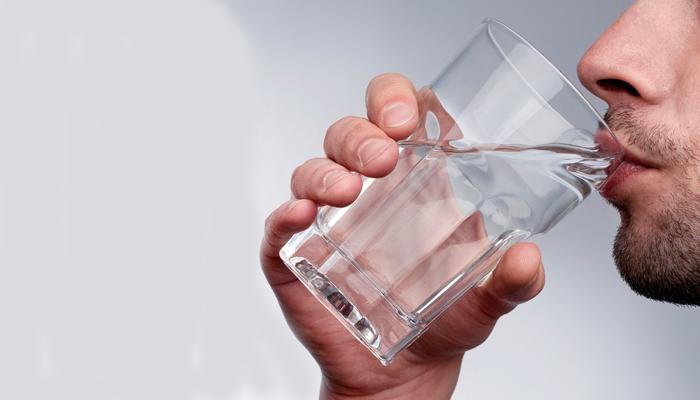 Питье чистой воды при смешивании Флебодиа 600 с алкоголем для предотвращения неприятных последствий