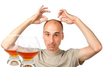 Выпадают волосы от алкоголя: стоит ли идти к врачу?