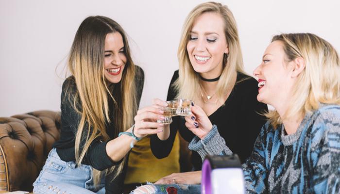 Систематическое потребление спиртного пьяницами в компании