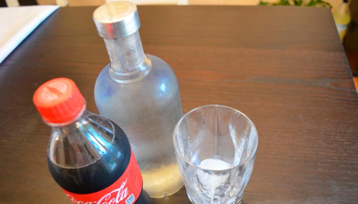 Смешивание Кока-Колы с водкой